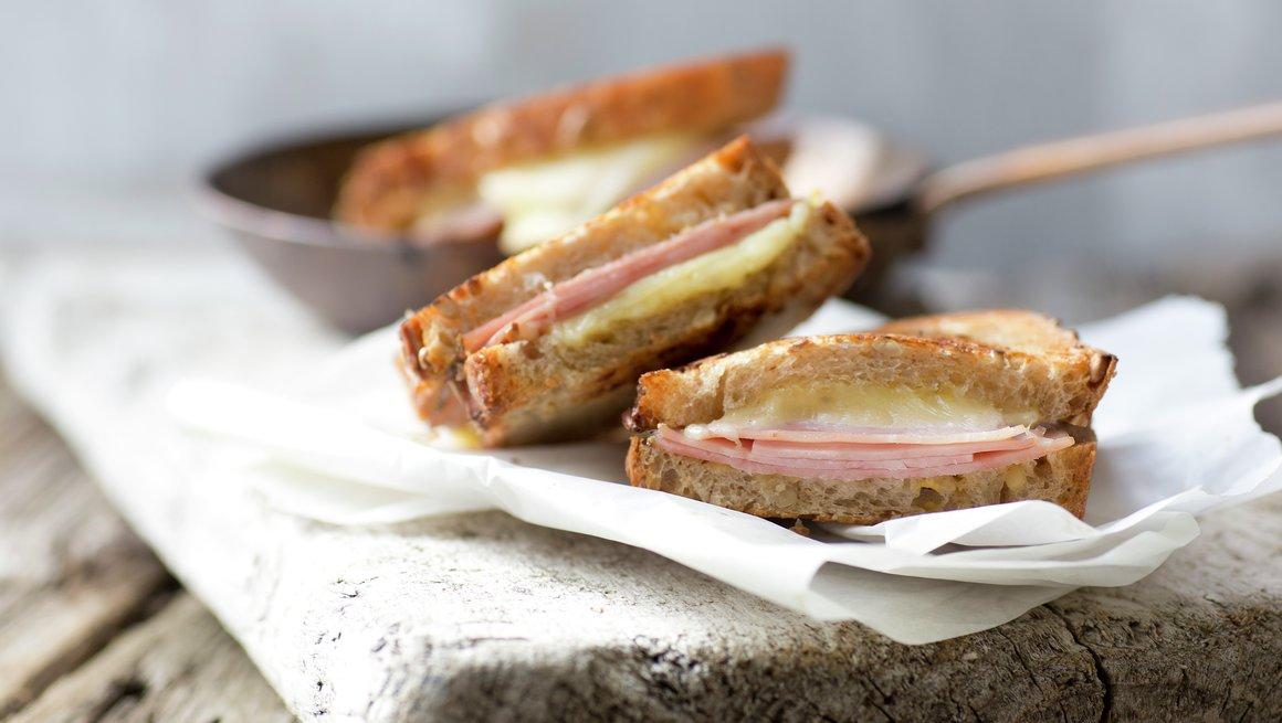 Grov toast med ost og skinke