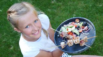 Grillspyd med svinekjøtt og gresk salat