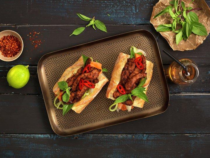 Baguette med strimlet svinekjøtt og syltede grønnsaker
