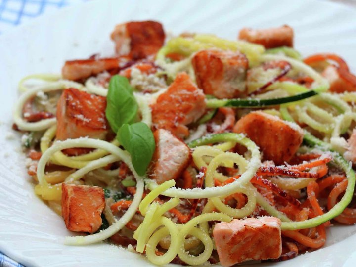 Krema grønnsaksspagetti med laks