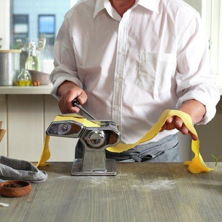 Mann lager pasta - bilde 4