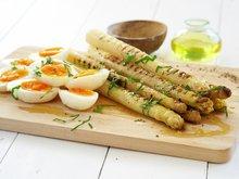 Grillet hvit asparges og kokt egg