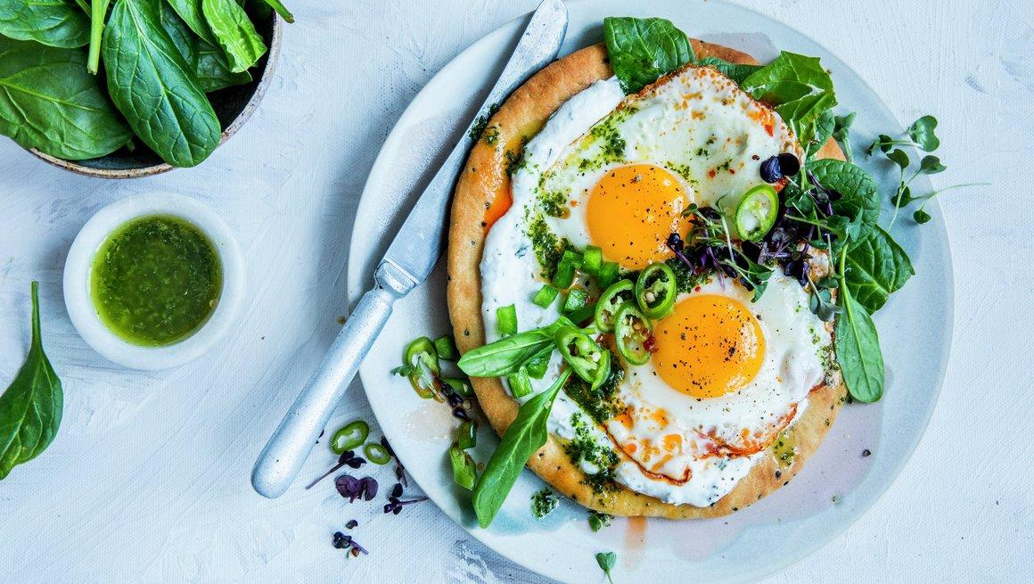 Enkel nan-pizza med egg