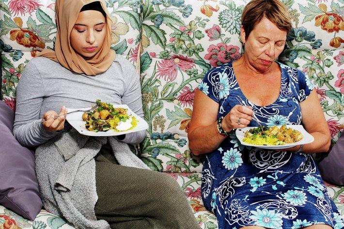 Oslo 20200810  MatPrat - det norske middagsmŒltidet  F.v Sarah Frostmo Faraj og moren Fr ydis Frostmo  spiser curry med kylling i hagen pŒ Holmlia.