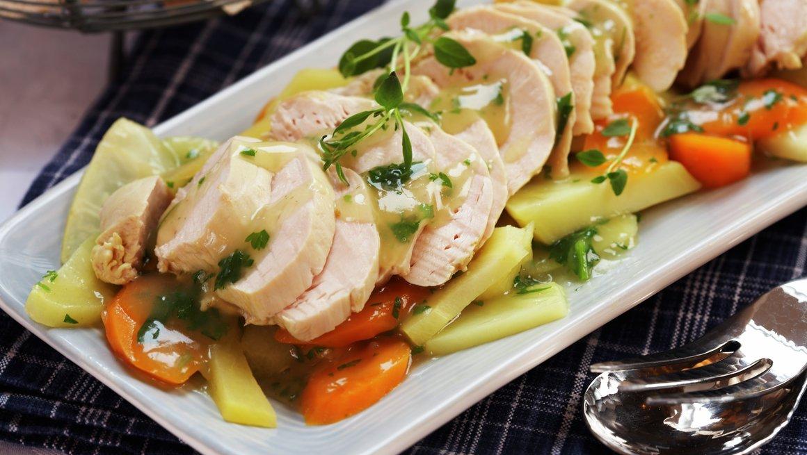 Posjert kyllingfilet med rotfrukter og urtesaus
